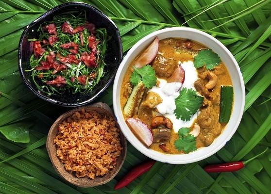 Xinxin do Oriente com Efó de Taioba e sambal de coco: frango orgânico ao massala com castanha de caju, salada de taioba com cebola roxa e condimento de coco picante do chef Marcos Sodré (Foto: Divulgação)