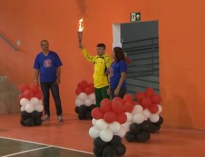 Abertura dos Jogos Escolares da 1ª regional de ensino da Paraiba. Atleta Petrúcio Ferreira com a tocha Olímpica (Foto: Reprodução / TV Cabo Branco)