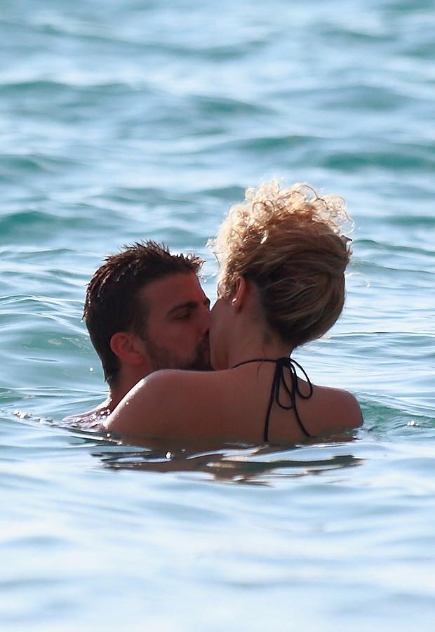 Shakira troca beijos com FGerard Piqué no mar (Foto: Splash News/AKM-GSI - Brasil)