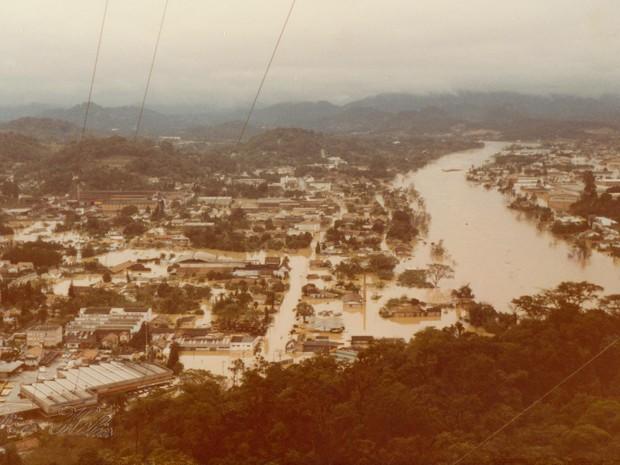 Choveu por cinco dias seguidos na época (Foto: Fundação Cultural de Blumenau/Arquivo Histórico José Ferreira da Silva)