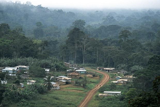 Vilarejo e estrada perto do parque nacional Monte Alen, no interior do país (Foto: Haroldo Castro/Época)
