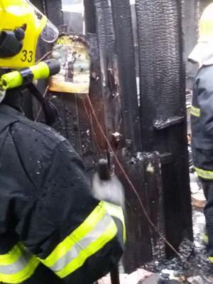 Imagem de Santo Antônio foi queimada apenas nas bordas do papel (Foto: Corpo de Bombeiros/Divulgação)