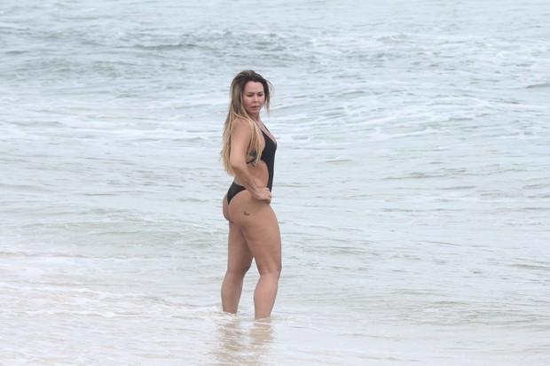 Cristina Mortágua na praia da Barra (Foto: Eli Junior / AgNews)