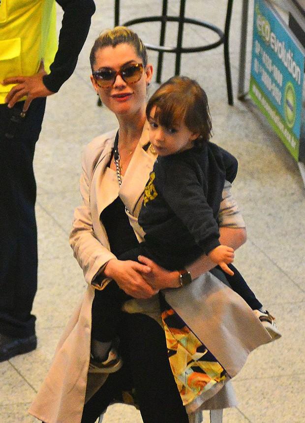 Alinne Moraes e o filho, Pedro (Foto: Willian Oda/ Agnews)