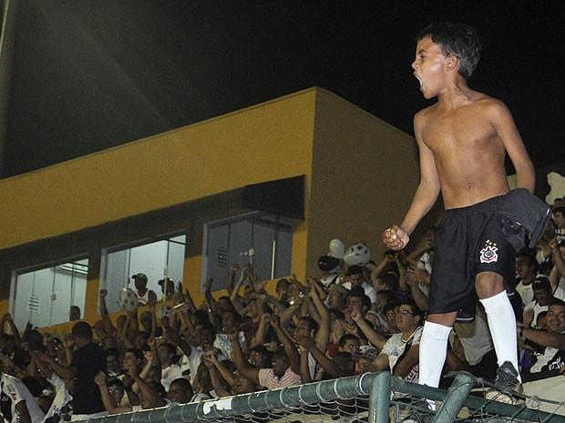 Menino comemora gol do Mixto em cima do alambrado. Torcida compareceu em peso (Foto: Aldair Santos/ Rádio Centro América FM)