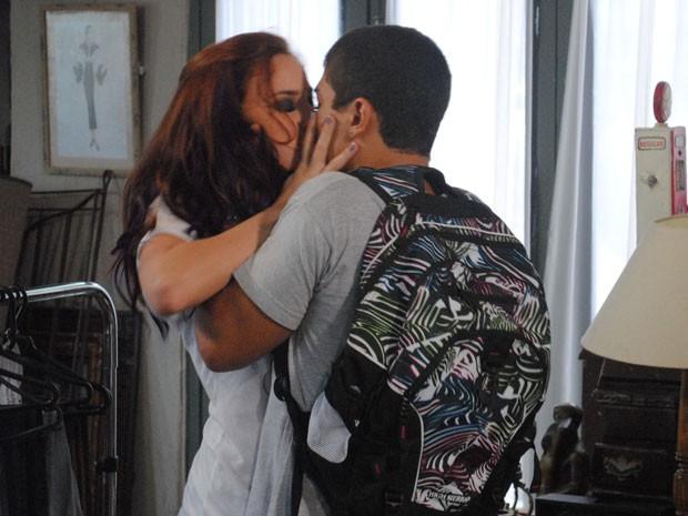 Jefferson tasca um beijão na ex, que gosta (Foto: Malhação / Tv Globo)