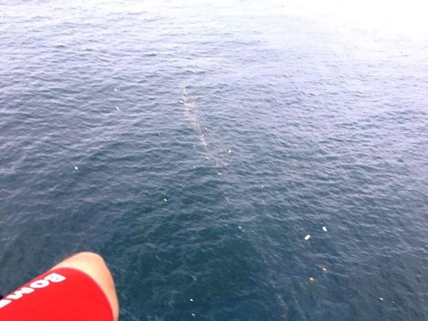 Bombeiros avistaram destroços e manchas de óleo no mar (Foto: Corpo de Bombeiros/Divulgação)