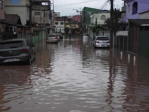Ruas alagadas após chuva (Foto: Wallace Pavão dos Santos)