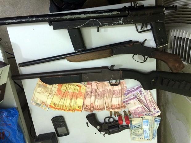 Foram apreendidos três escopetas calibre 12 e um revólver calibre 38, além de munições de ambos os calibres e uma quantia de aproximadamente R$ 1.500 (Foto: Divulgação/Polícia Militar do RN)