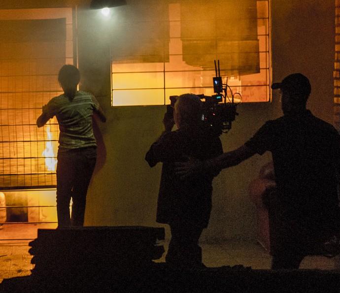 Adriana Esteves grava cena tensa de incêndio (Foto: Ellen Soares/Gshow)