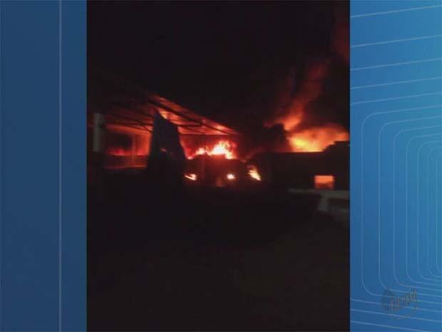 Foto enviada por telespectador mostra incêndio de grandes proporções em depósito de sucata de Serrana, SP (Foto: Érick Ruberval Ferreira/Colaboração )