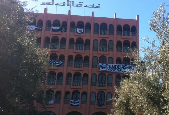 Hotel com bandeiras do Atlético-MG em Marrakesh (Foto: Armando Oliveira)