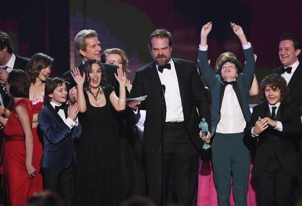 Winona Ryder faz caras e bocas no SAG Awards (Foto: KEVIN WINTER / GETTY IMAGES NORTH AMERICA / AFP)