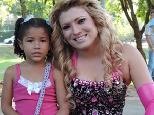 """A pequena Ana Luiza com a sua """"barbie"""" (Foto: Jonathan Oliveira/G1)"""