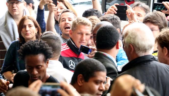Schweinsteiger gera euforia na chegada ao hotel com Zé Roberto (Foto: Diego Guichard/GloboEsporte.com)