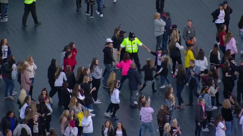 Policial brinca de roda com crianças fãs de Ariana Grande durante show One Love Manchester (Foto: Reprodução / Twitter)