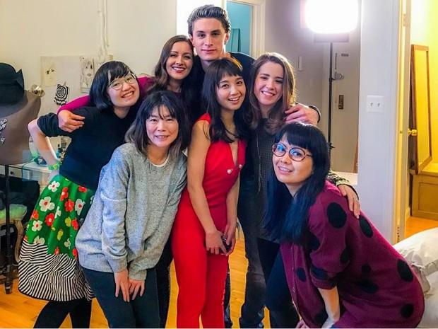 Nana Gouvêa com elenco na gravação de série japonesa (Foto: Reprodução/Instagram)