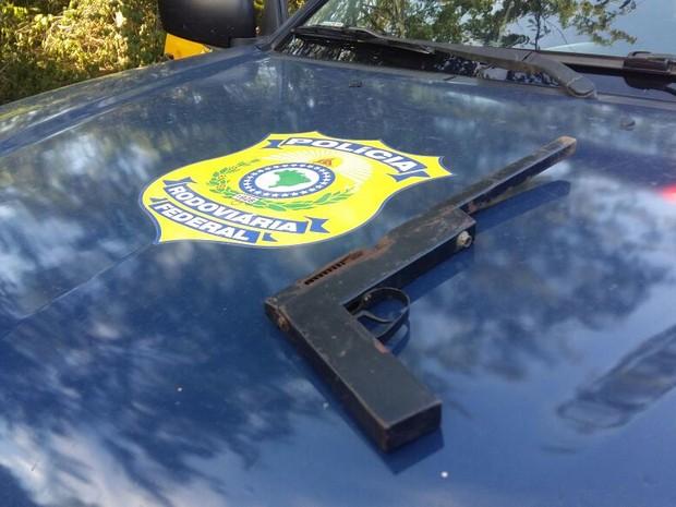 Vítimas de roubo na BR-251 já haviam denunciado assaltos por arma semelhante a apreendida (Foto: PRF/Divulgação)