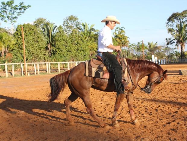 Laércio e seu cavalo no movimento de recuo (Foto: Renato Pereira)
