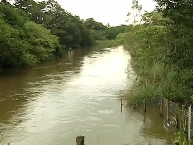 Rio Itapetininga registrou aumento no nível após período chuvoso (Foto: Reprodução/ TV TEM)