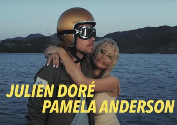 Julien Doré e Pamela Anderson (Foto: Reprodução)
