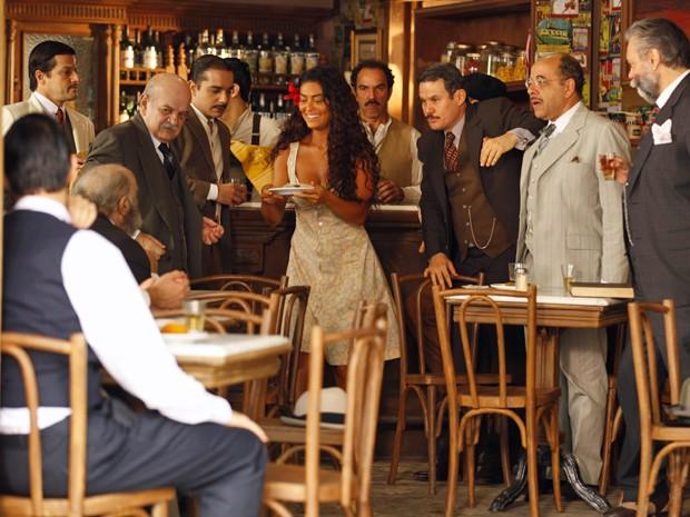 Gabriela chama atenção dos coronéis no bar de Nacib (Foto: Gabriela / TV Globo)