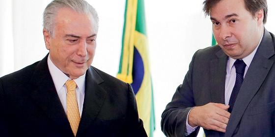 O presidente interino Michel Temer  e o novo presidente da Câmara ,Rodrigo Maia (Foto: Sergio Lima/Folhapress)