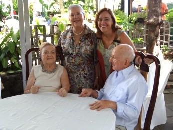 Maria do Monte e Benedito com a filha mais velha, Riccarda, e uma das netas, Érica. (Foto: Lorena Aquino/G1)
