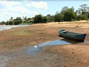 Rio Doce tem áreas completamente secas (Foto: Reprodução/ TV Gazeta)