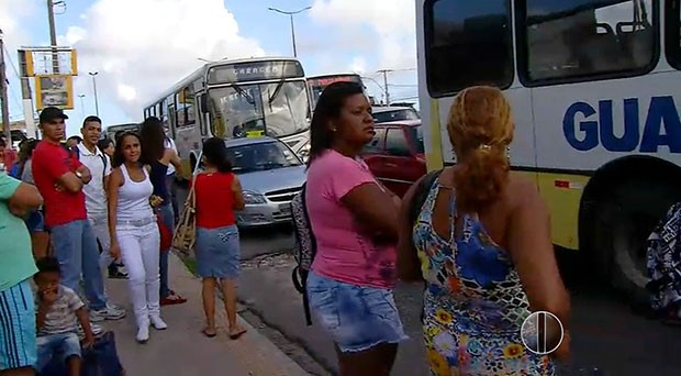 Funcionários da empresa Guanabara demoraram para sair da garagem, deixando muita gente impaciente nas paradas de ônibus (Foto: Reprodução/Inter TV Cabugi)