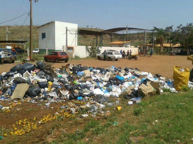 Lixo está sendo jogado na frente do lixão (Foto: Osvaldo Nóbrega/ TV Morena)