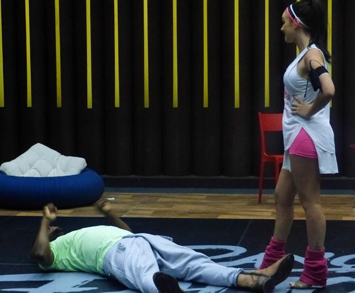 Érico Brás deitou no chão ao lado de Gabrielle Cardoso (Foto: Gshow)