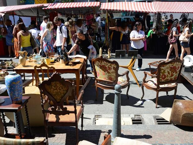 FEIRA DA LAVRADIO - A Rua do Lavradio, no Centro do Rio, constumava ser o endereço de lojas de móveis antigos.  Muitas delas resolveram aproveitar o espaço e servir bebidas, refeições e até shows.  Com o movimento, a rua acabou atraindo modistas, artesãos (Foto: Divulgação/Alexandre Macieira/Riotur)