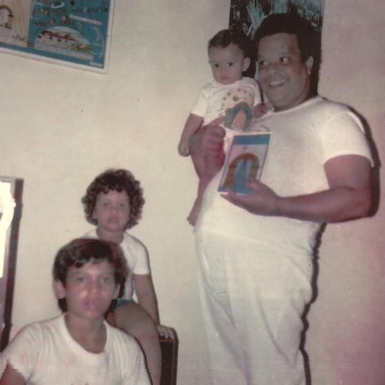 Leo (no colo de Tim) e os irmãos em foro do arquivo da família (Foto: arquivo pessoal)