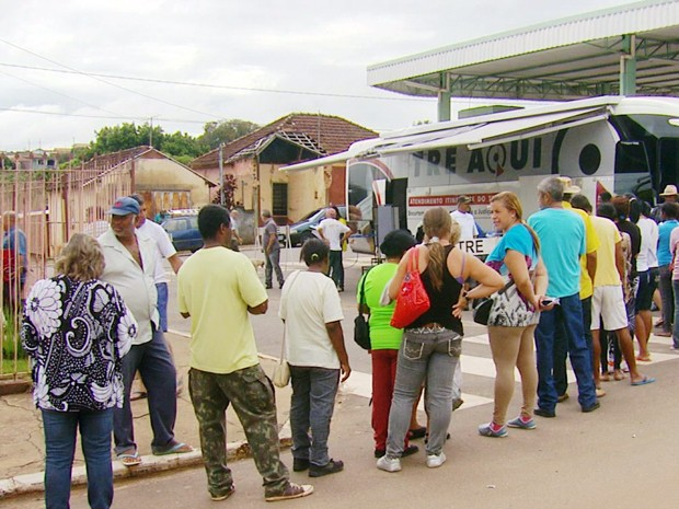 Moradores de São Bento Abade (MG) fazem fila para fazer o recadastramento obrigatório do TRE (Foto: Reprodução EPTV)