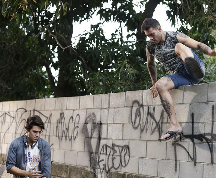 Uodson leva Rodrigo para um lugar MUITO tenso (Foto: Ellen Soares/Gshow)