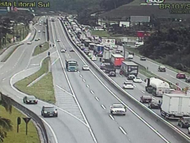 Acidente gerou filas na BR-101 na manhã desta segunda (12) (Foto: Autopista Litoral Sul/Divulgaçãio)