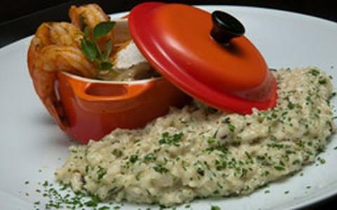 Moqueca de camarão com risoto de ervas finas