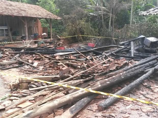 Casa ficou destruída após incêndio em Pomerode (Foto: Eduardo Cristófoli/RBS TV)