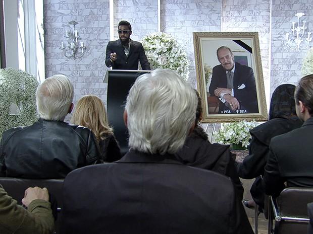 Brian Benson faz discurso durante o enterro simbólico de Jack Parker nos EUA (Foto: Parker TV)