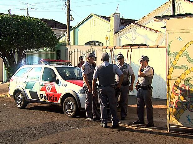 Mulher foi baleada dentro de casa no bairro Campos Elíseos em Ribeirão, SP (Foto: Cláudio Oliveira/EPTV)