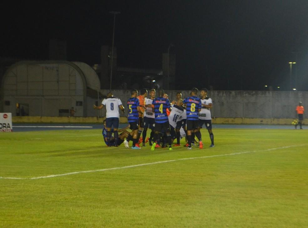 Ypiranga e Macapá tiveram um jogador expulso em cada time (Foto: Fabiana Figueiredo/G1-AP)