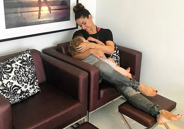 Fernanda Machado amamenta Lucca (Foto: Reprodução/Instagram)