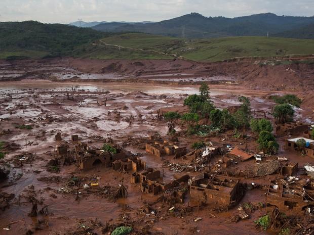 06/11 - Destroços de construções são vistos em meio a lama após o rompimento de uma barragem de rejeitos da mineradora Samarco no Distrito de Bento Rodrigues, no interior de Minas Gerais (Foto: Felipe Dana/AP)
