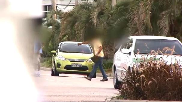 Flanelinhas são flagrados em Florianópolis (Foto: Reprodução/RBS TV)