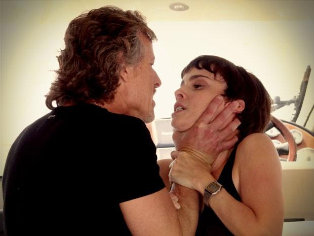 Nina desmascara Max e ele parte com tudo para cima dela (Foto: Avenida Brasil/TV Globo)