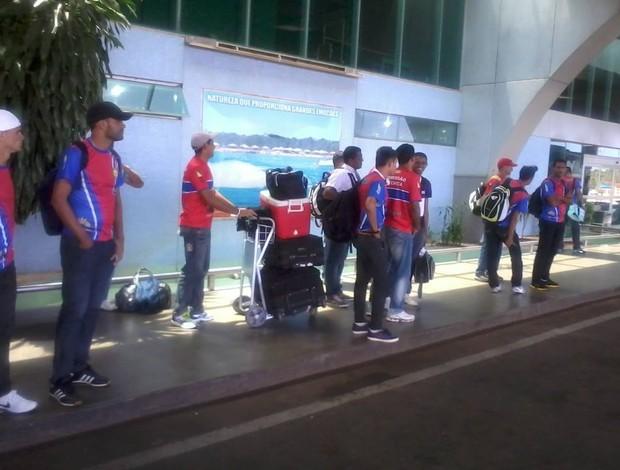 Jogadores do Plácido de Castro esperam em aeroporto de Palmas (Foto: Reprodução/Facebook)