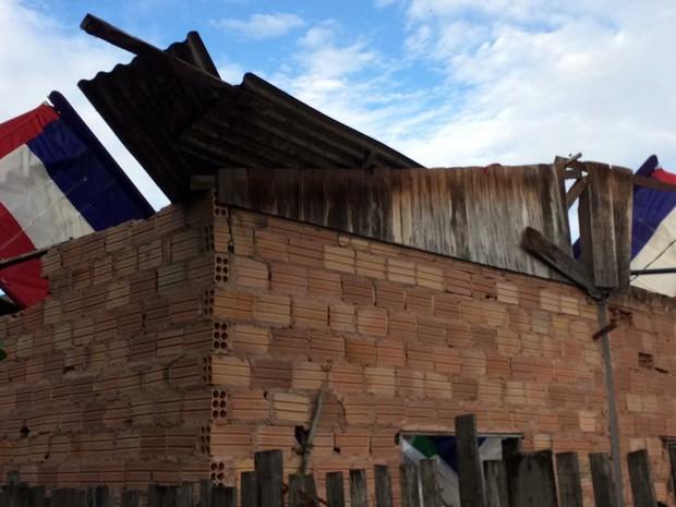 Avião atinngiu o teto de uma residencia no bairro Maracanã em Santarém (Foto: Adonias Silva/G1)