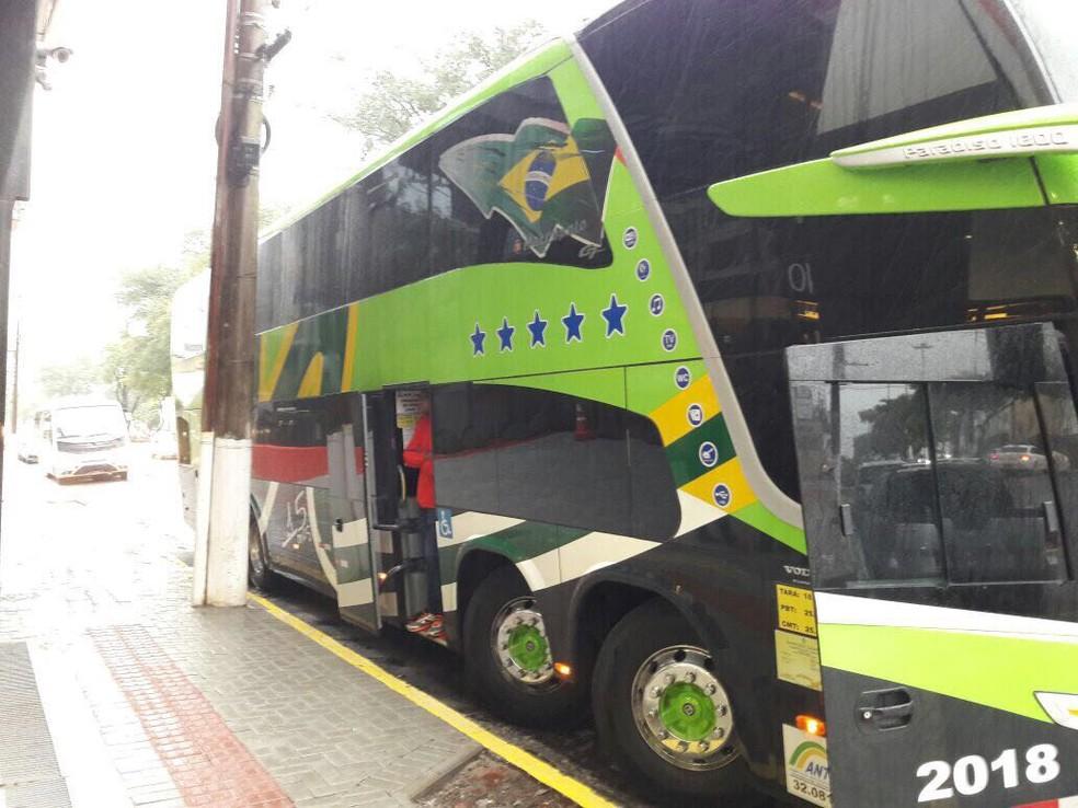 Ônibus que levará Tricolor para São Paulo estaciona na porta do hotel em Chapecó (Foto: Marcelo Prado)