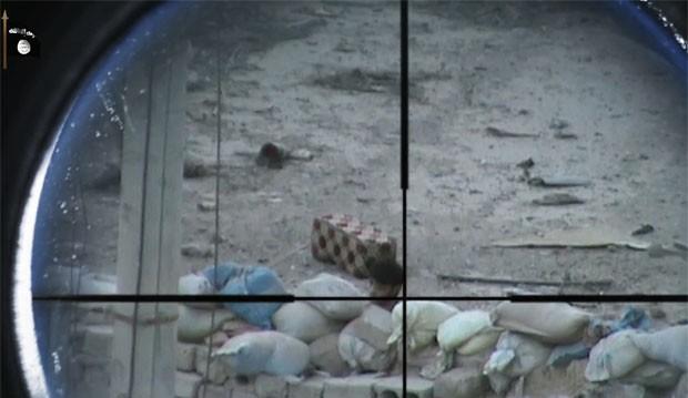 Vídeo mostra o que seriam inimigos do Estado Islâmicos sendo fuzilados à distância por snipers (Foto: Reprodução)